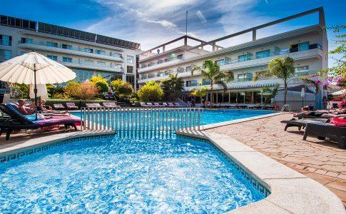 Zwembad met hotel erachter