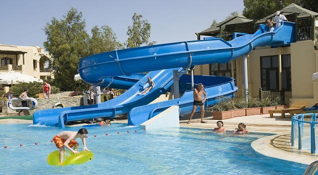zwembad met glijbaan