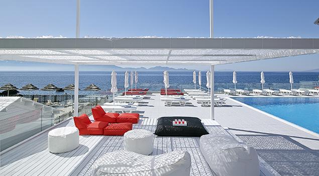 lounge bij het zwembad van dimitra beach
