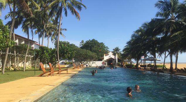 Zwembad bij Jetwing Beach