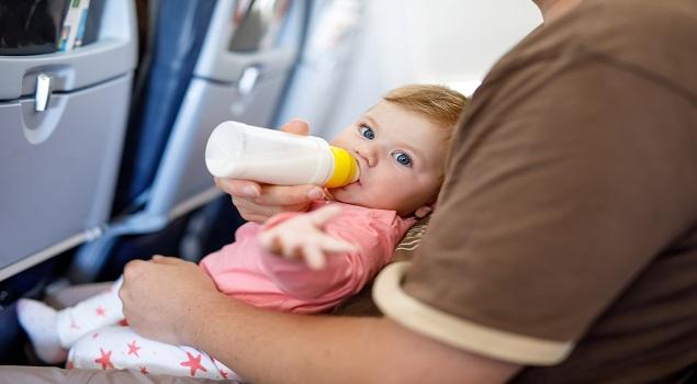 Inpaklijst vakantie baby; fopspeen of fles in het vliegtuig